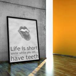 plakat i hasło Life is short smile while you stil