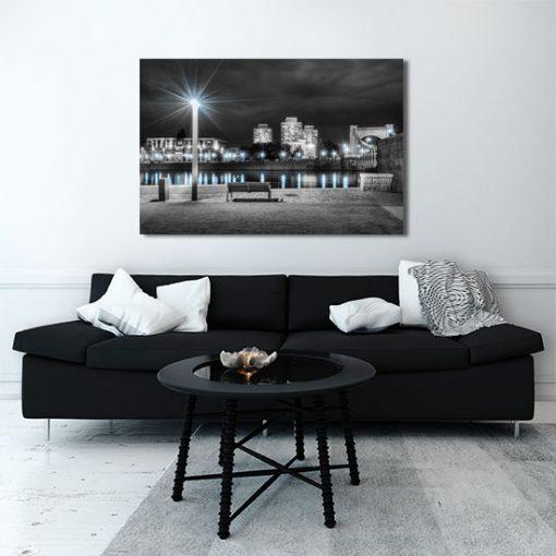 oświetlone miasto nocą - obraz