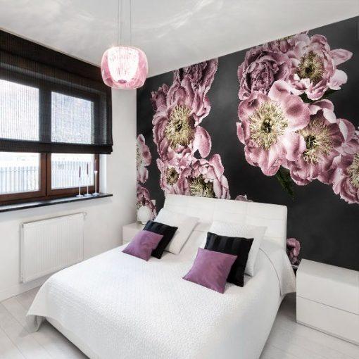 sypialnia z kwiatami różowymi na tapecie