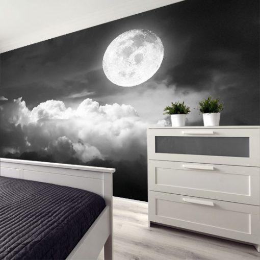 biały księżyc z chmurami na niebie ciemnym