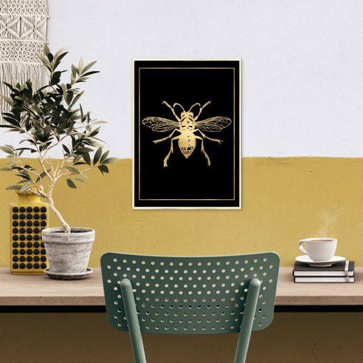 złota dekoracja z muchą