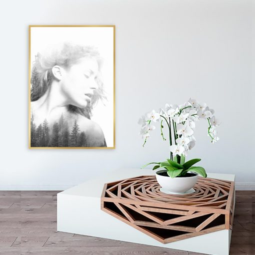 czarno-biały motyw kobiety i drzew