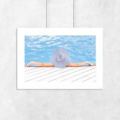 Plakat kobieta w wodzie w kapeluszu