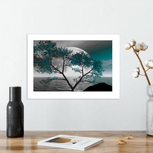 Plakat z turkusowym drzewem i księżycem