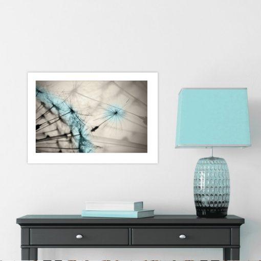 Plakat niebieski dmuchawiec na beżowym tle