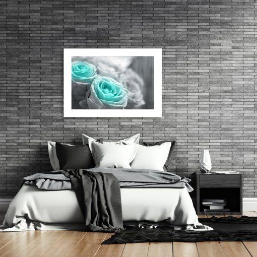 plakat z kwiatami w sypialni
