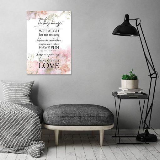 plakat z napisem w salonie