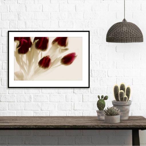 plakat z kwiatami nad stolik