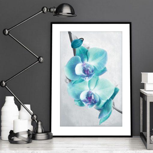 plakat z niebieskimi kwiatami w salonie