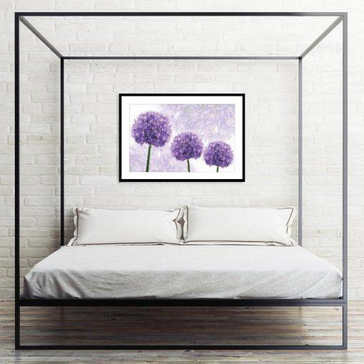 plakaty z fioletowym czosnkiem w sypialni
