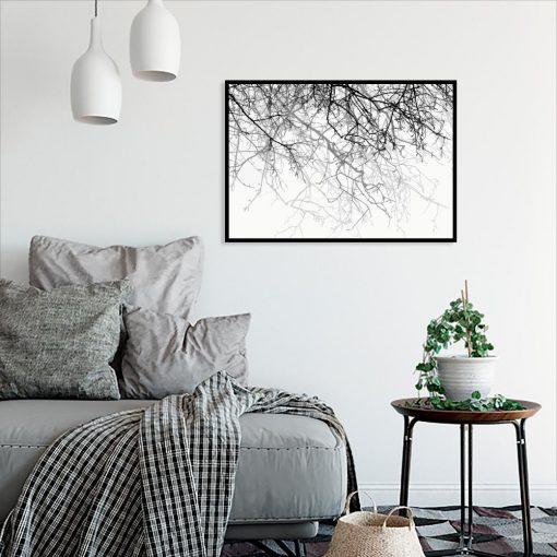plakat z gałązkami w salonie