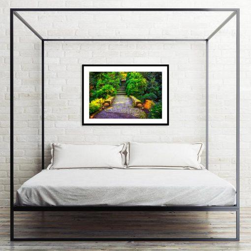 plakat ze schodami w sypialni