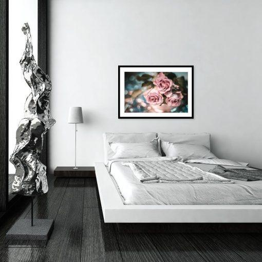 róże na plakacie w sypialni