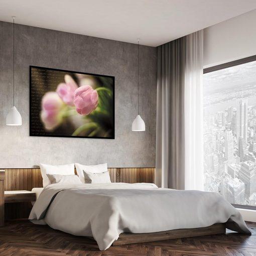 plakat z kwiatami nad łóżko