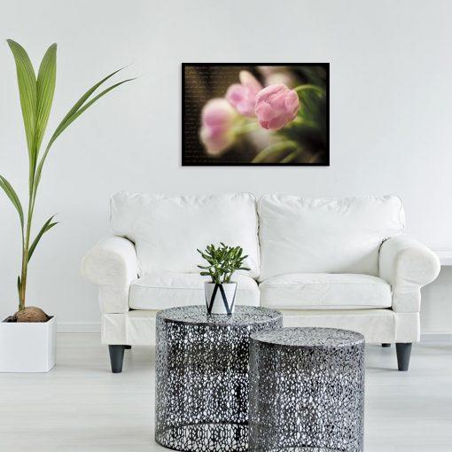 plakat z motywem kwiatowym na ścianie w salonie