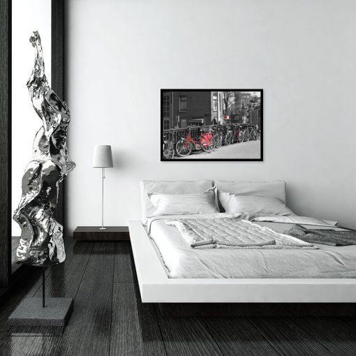 plakat z czerwonymi rowerami w sypialni