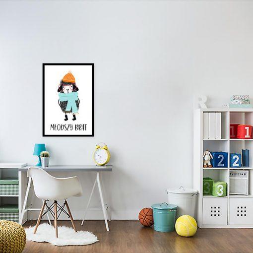 plakat z owieczką w kolorowym ubraniu
