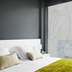naklejka okienna z zarysem kobiecego ciała do sypialni