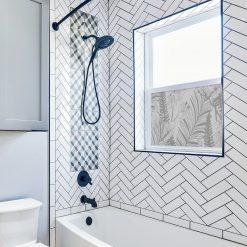 okleina okienna do łazienki z tropikalną roślinnością