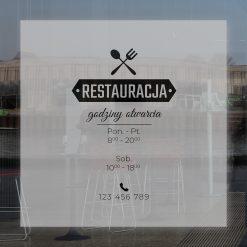 naklejka na drzwi z logiem restauracji i godzinami otwarcia