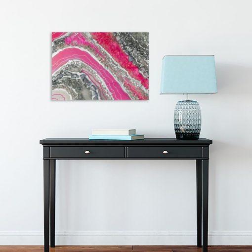 obraz różowy nad szafką