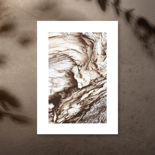 plakat z drewnianą abstrakcją