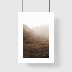 plakat z górzystym krajobrazem