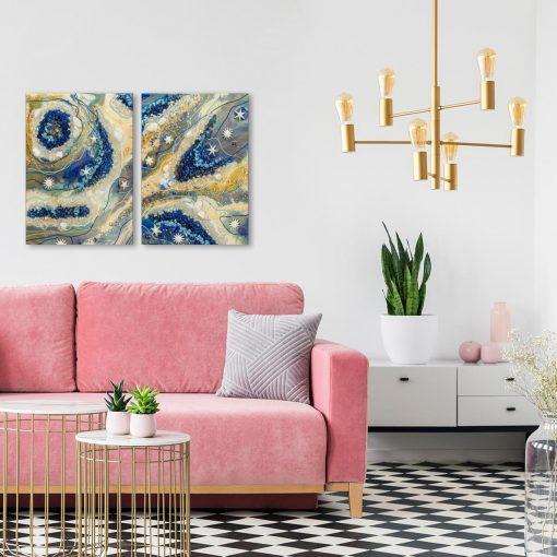 salon z rózu i szarością z abstrakcyjnym obrazem aranżacja