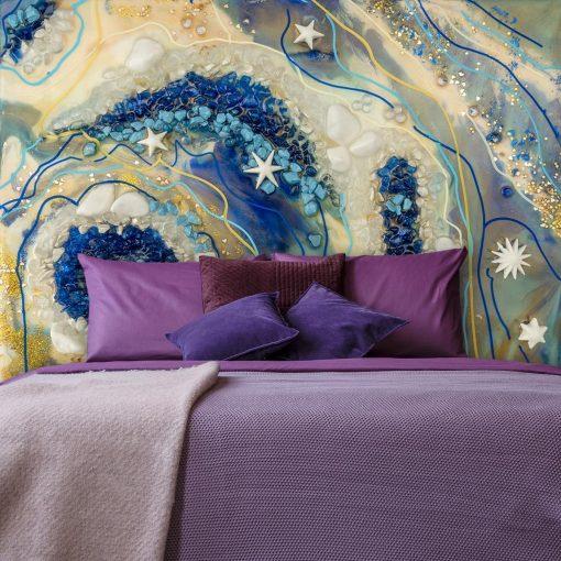 fioletowa sypialnia z wielkoformatową fototapetą