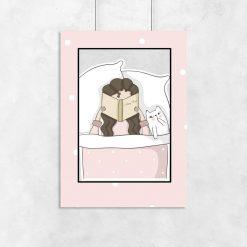 Plakat dla dziecka - Dziewczynka z książką w łóżku