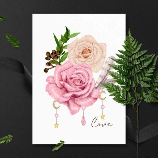 plakat w ramie z kremowo-różową różą i piórkiem