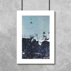industrialny plakat z niebieską ścianą