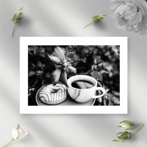 Szary plakat z kawą i pączkiem do salonu