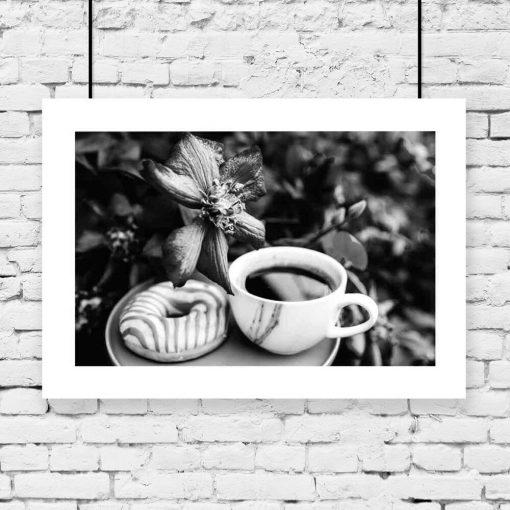 Szary plakat z kawą i pączkiem do kawiarni