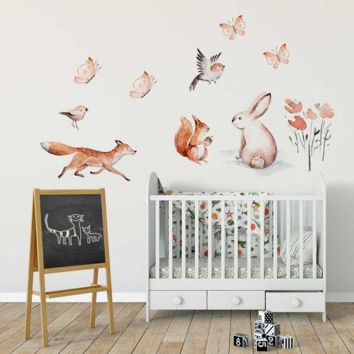 pokój dziecka dekorowany pastelowymi i naklejkami