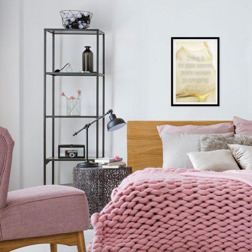 sypialnia dekorowana nowoczesnym plakatem z sentencją