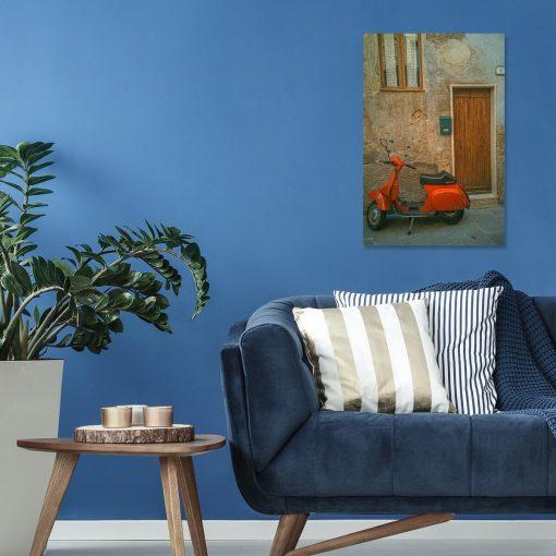 Obraz pomarańczowy jednoślad przed bramą