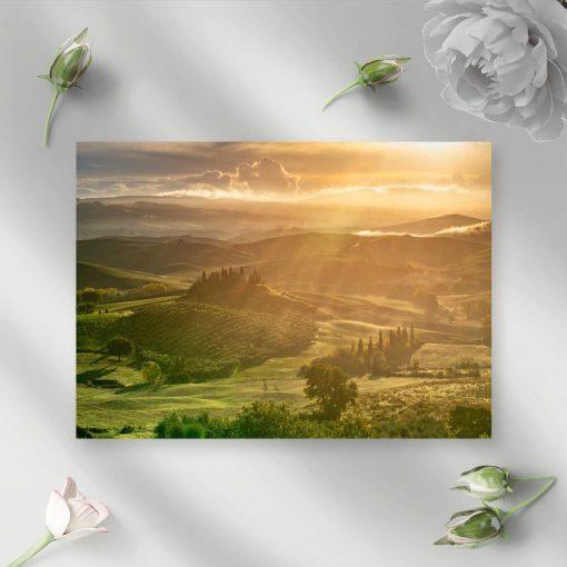 Obraz z pejzażem gór i polan.
