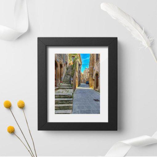 Plakat do oprawienia z wąską ulicą w toskańskim miasteczku