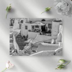 Szary obraz z motywem zabudowań na Santorini do dekoracji gabinetu