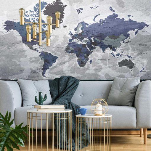 Szaro-granatowa tapeta z mapą świata do upiekszenia salonu