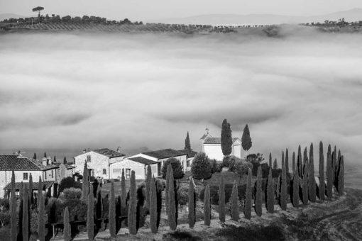 Szary obraz z motywem pejzażu w Toskanii