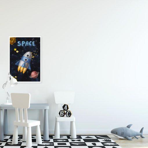 Plakat do dziecinnego pokoju z rakietą w kosmosie