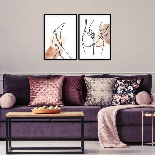 Plakaty z ciałem nagiej kobiety
