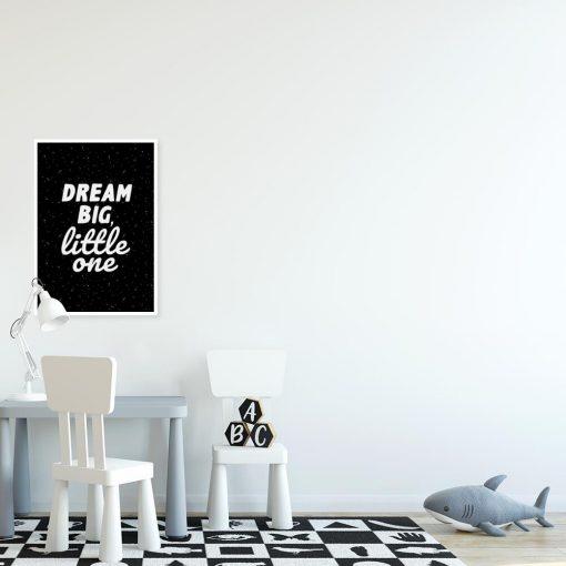 Plakaty z sentencjami w kolorach czarno-białych